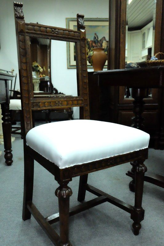 Quattro sedie in legno noce e stoffa con decorazioni, da tapezzare, periodo '800.