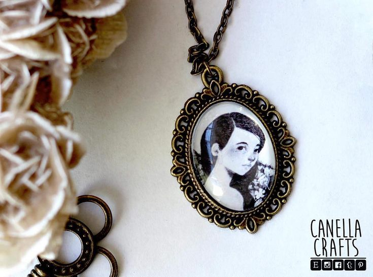Another of my illustrations on another pendant :)  @erikadecanella for more illustrations .  .  .  #jewelry #illustration #handmade #crafts #canellacrafts #erikadecanella #cutegirl #art #artist #artistsofinstagram #instacraft #instaart #vintage #cameo #etsy