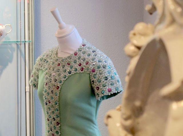 SCISSORELLA: Shocking Pink! Monika Gottlieb referiert im Hetjens-Museum Düsseldorf über die Verbindung von Haute Couture und Porzellan in allen Nuancen der Farbe Rosa #Fashion #Porcelain #Düsseldorf #HauteCouture