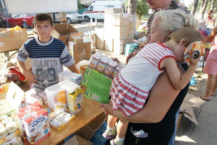 Юный местный житель целый день раздает помощь, несмотря на жару