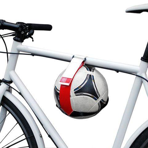Viele Fahrräder haben keinen Gepäckträger mehr. Doch wie transportiert man dann seinen Fußball, wenn man kicken gehen möchte? Mit dem Ballhalter Kicker!