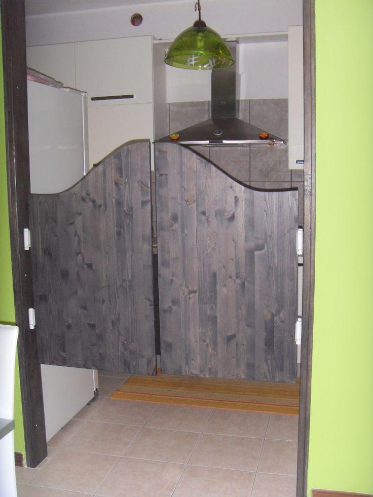 Come costruire delle porte saloon.  Attrezzi:  -livella, -trapano+ avvitatore, -matita, -cerniere boomerang, -viti lunghe, -cacciaviti, -travi in legno, -silicone, -impregnate, -pittura murale, -pennello, -sega circolare, -seghetto alternativo con relative lame, -morsetti grandi e piccoli, -tavolo da lavoro -spessori in legno x le cerniere, -angolari per le travi, -levigatrice con lame per levigare, -tasselli , - punte da trapano, -carta vetrata fine.  Costo solo materiali 80€  Procedimento…