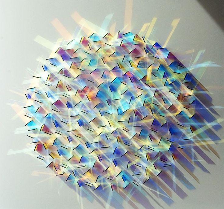 Sanatçı Chris Wood, ışık ve rengi buluşturuyor,  renkli cam parçalarını kullanarak, ışıkla göz kamaştırıcı hale getiriyor. O küçük parçaları tasarlayıp, düzenleyerek  gölge ve ışığa göre ayarlıyor. Renk ve ışıktan oluşmuş labirentler.