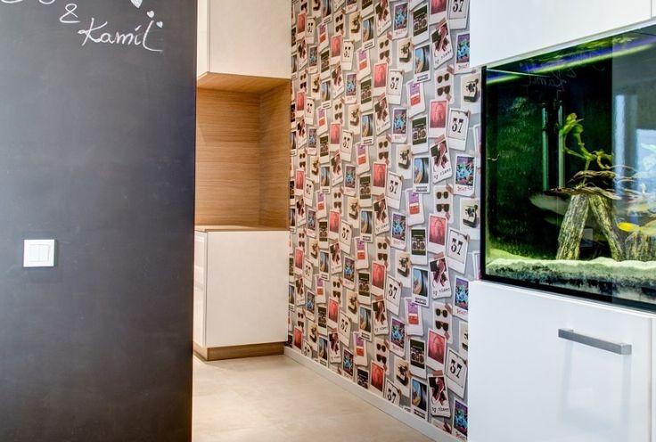 Kolorowa tapeta zawsze wprowadza pozytywną energię, zwłaszcza gdy pozostała część mieszkania utrzymana jest w stonowanej kolorystyce.