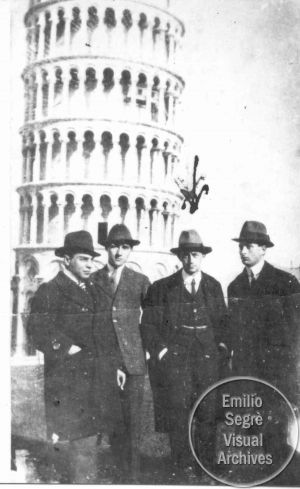 Enrico Fermi with a group of physicists that includes Ettore Majorana, by the leaning Tower of Pisa.