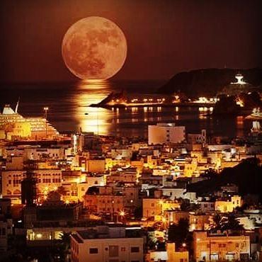 Der Super-Mond über dem Hafen von Muscat im Oman. Unsere Welt kann atemberaubend schön sein... Danke an WELTREISE-TRAUM-Mitarbeiterin Vicky Sotriffer im Oman! www.weltreise-traum.com #weltreise #urlaub #vollmond #oman #maskat #muscat #tausendundeinenacht #weltenbummler  #roundtheworld #wanderlust #luxusreisen #weltreisen