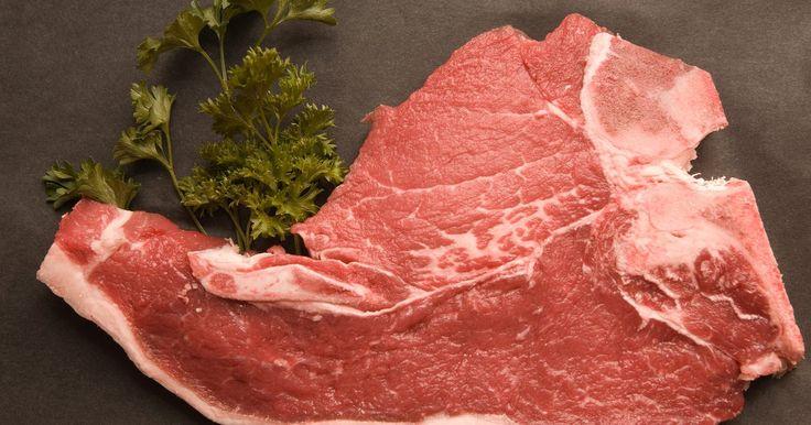 Diferentes maneiras de preparar costeletas de porco. Existem diversos cortes de costeletas de porco, inclusive lombo, costela, ombro e lombo-sacral. Você pode preparar carne de porco em uma grande variedade de jeitos, inclusive grelhado, assado, selado na frigideira ou cozido lentamente em uma panela elétrica. É uma boa ideias cozinhar as costeletas de porco na umidade ou usar uma marinada, pois ...