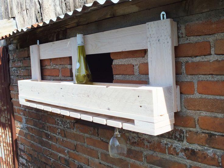 etag re de bar en bois de palette pour bouteilles et verres. Black Bedroom Furniture Sets. Home Design Ideas