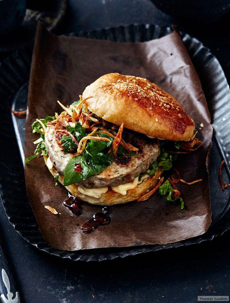 Koriander, Chili und Sesamöl geben dem Schweinehack den exotischen Dreh. On top: Thai-Basilikum und Röstschalotten.