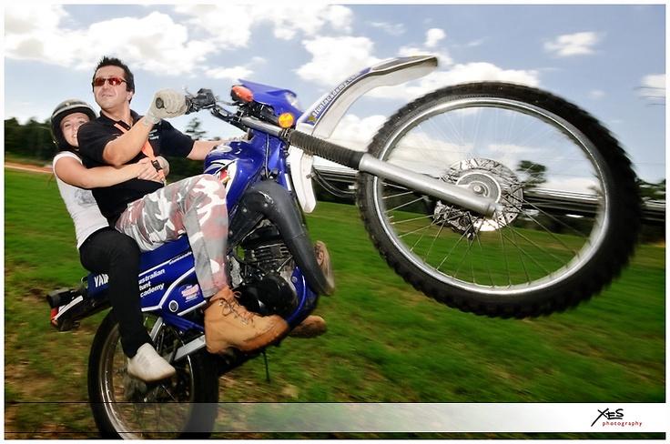 man-dom wheelie / wheelie with pillion