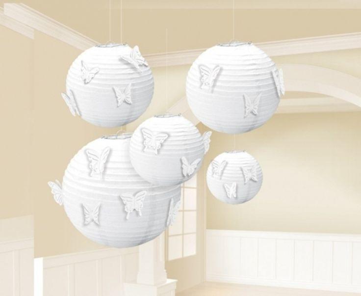 Białe lampiony ozdobione papierowymi motylkami