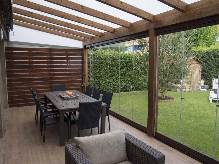 Cerramiento de cristal Lumon instalado en un porche con tejado de cristal translúcido. Un espacio aprovechable todo el año.