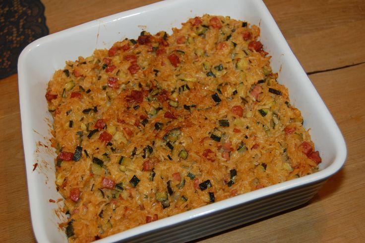 Een topper van oma Lisette: Courgette met rijst. Dit supersimpele recept is ooit bedacht door mijn moeder en wat er echt handig aan is, is dat je het ruim van te voren kunt maken en later in de oven kunt opwarmen. Bijvoorbeeld voor na de hockeytraining. Of je kunt een grote portie invriezen. Kook 250 gram rijst. Ondertussen fruit je een uitje, voeg je hamblokjes of gehakt en een beetje knoflook toe en snijd je twee (niet te grote) courgettes in stukjes. Roerbak de courgettes mee met het…
