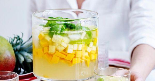 Witte sangria met ananas en mango
