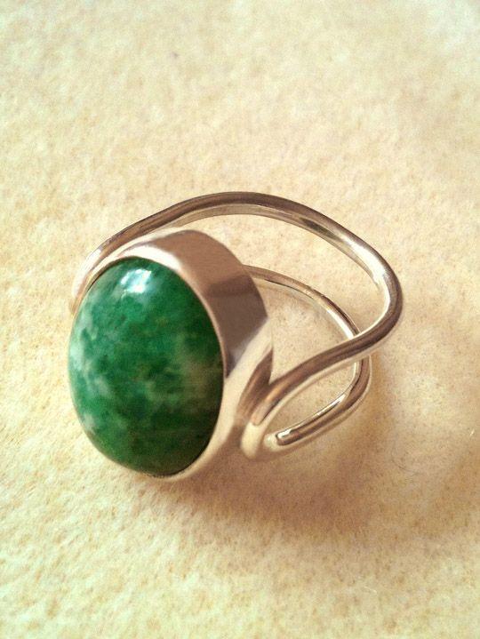 Sterling silver ring with an emerald cabochon  Anel de prata com cabochão de esmeralda