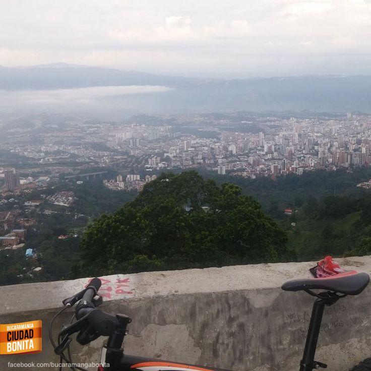 La mejor recompensa de un paseo en bicicleta, esta hermosa vista de nuestra Bucaramanga. Gracias @placaspublicid1 por la foto #bucaramangabonita