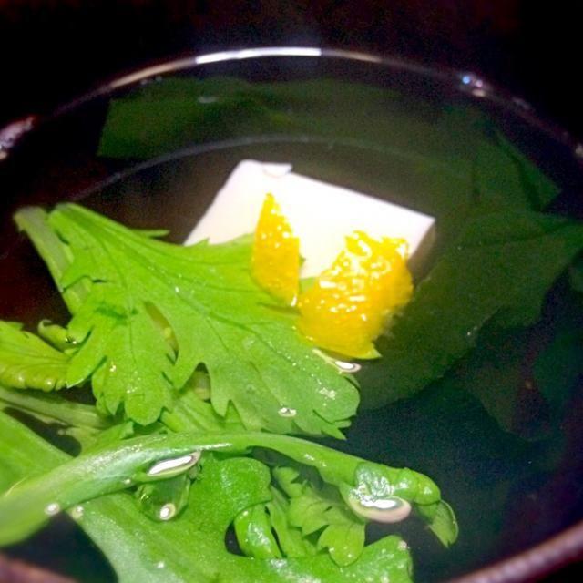 昨夜の合わせ出汁を有効活用し作りました。 春菊と柚子の香りを楽しみました。 - 110件のもぐもぐ - ワカメ、豆腐のお吸い物 by mottomotto