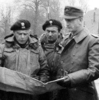 Wilhelmshaven, Germany, 6 May 1945. Colonel A.Grudzinski consults a map with Kapitan zur See Muslow. Major M.Gutowski stands behind his left shoulder (his expression say-it-all!) Gepantserde huzaren photo: 207. Wilhelmshaven, Duitsland, 6 Mei 1945. Een Kolonel. Een kaart Grudzinski overlegt met Kapitan zur zie Muslow. Grote m. Kapitan Gutowski staat achter z'n linker schouder (zijn uitdrukking zegt dat-het-allemaal!)