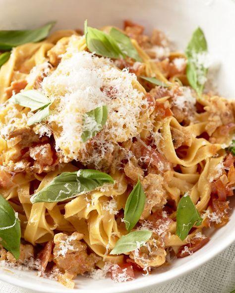 Deze pasta heeft alles in huis om een topfavoriet te worden: fettuccine pasta om op te slurpen, een romig tomatensausje, kruidig kippengehakt en basilicum!