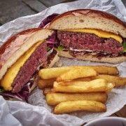 Marhaburger házi burgonyachips-szel, jus redukcióval Rendelés: http://gourmetbox.hu/shop/grill-boxok/gourmet-marhaburger-hazi-burgonyachips-szel-jus-redukcioval/