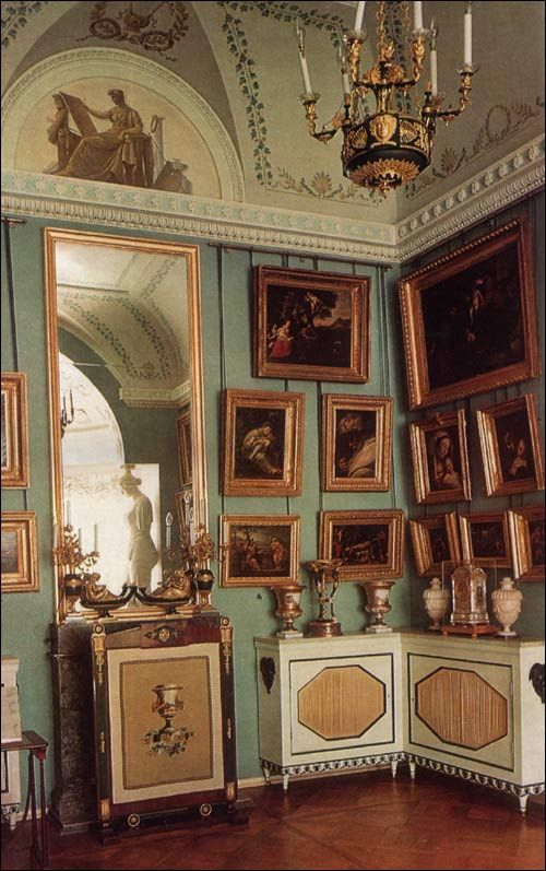 The Little Lantern, one of Voronikhin's best works, is a gem of Russian early nineteenth-century interior decoration. It was created in 1807, in place of a small room that had served as a private library, - a function retained by the newly constructed apartment.