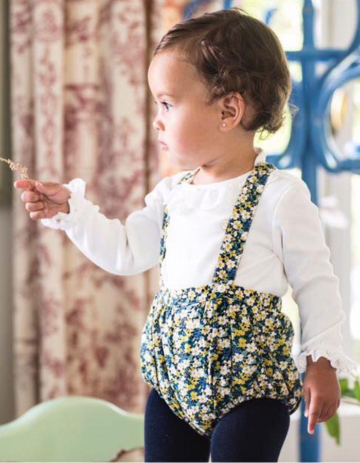 Culotte con tirantes Mi Canesú, confeccionado en tela de algodón, estampada liberty con tonos azul marino, verde y amarillo.