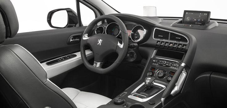Peugeot HYbrid4 har en ren instrumentbräda, reglage som känns naturliga i handen, en väl utformad konsol, en upphöjd förarplats och optimerad ergonomi.