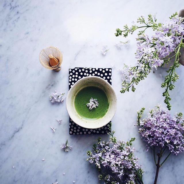 Friday tea time?  (Cr.  @nonihana_ )  #matcha #matchagreentea #matchamoment #flowers #japan #mindfulmoment #matchatea #matchaholic #ultimatematcha