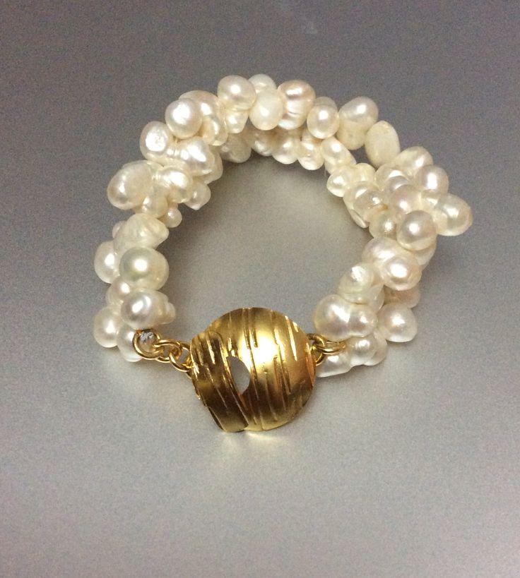 Pulsera de perlas, broche con baño en oro. Hecho a mano.