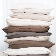 Jos kaikki lakanat ovat sävyltään rauhallisia ja maanläheisiä, ei samaa pussi- ja tyynylakanaa tarvitse metsästää. Nämä pellavalakanat: granit.com