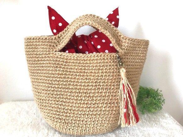 レトロな形と見た目以上のたっぷり収納が魅力な『あずま袋』。100均の手ぬぐいで簡単に作れちゃうんです!使わないときも小さくたたんでバッグに携帯しておくと、きっと重宝することがありますよ♡