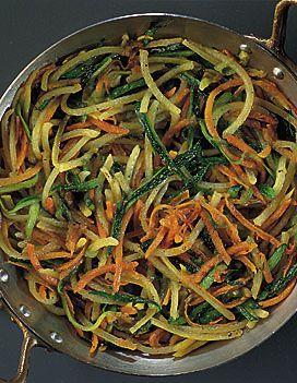 Recette spaghettis de légumes : Pelez, émincez les oignons. Epluchez, lavez les légumes. Lavez, hachez le persil. Réservez. Râpez les légumes à la grille moyenne. Mélangez-les dans un grand saladier, salez, poivrez. Dans une sauteuse, mettez à fondre les oignons émincés dans le beurre cla...