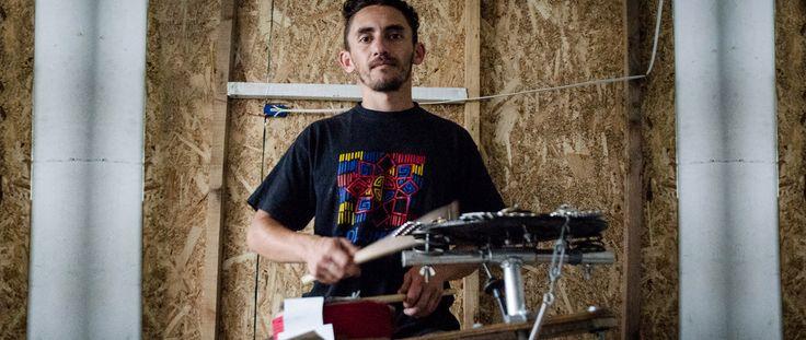 Un luthier que pone a sonar la basura