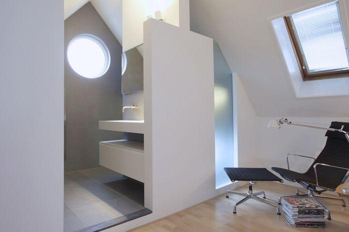Door het toepassen van maatwerk kent deze relatief kleine badkamer alle benodigde luxe en meer. De maatwerk wastafel uit Himacs komt uit de Base collectie van NotOnlyWhite.