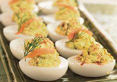 . 3.Pureer het eigeel in een kommetje met een vork. Voeg mayo, paprikapoeder en mosterd toe en roer door. 4.Vul de gehalveerde eieren met het mengsel