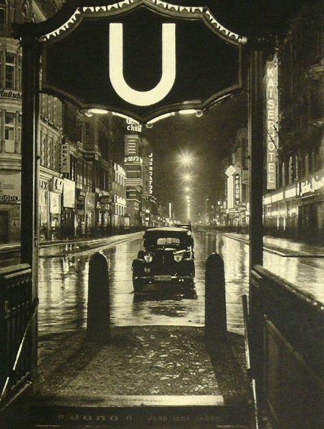 Berlin Friedrichstraße, rechts im Bild das Kaiserhotel, nicht zu verwechseln mit dem Hotel Kaiser. Berlin, 1930. o.p.