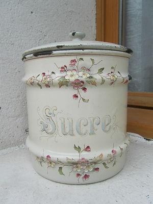Antique enamelled sugar pot. Een prachtige franse emaille suikerpot, de kleine bloemetjes maken hem erg schattig! :)