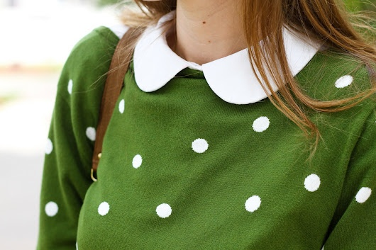 Love the green, Peter Pan collar and of course poke a dots......