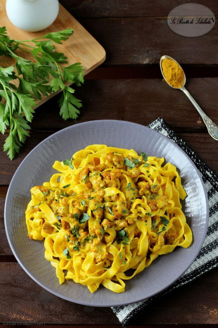 tagliatelle alla panna e curry con salsiccia