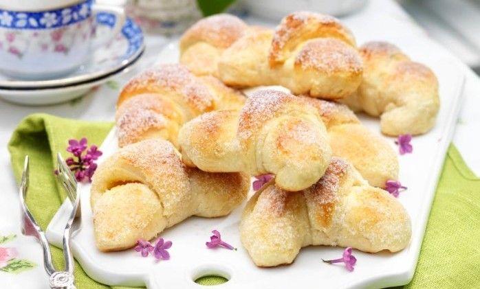 Sockerdoppade vaniljgifflar som ser proffsiga ut och smakar underbart! Äkta vaniljkräm är hemligheten med de goda vetegifflarna.