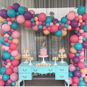 Sabendo fazer, os balões desiguais ficam lindos. #Repost @antesdafelsta ・・・ Uma tendência nas festas são esses arcos de baloes coloridos e desiguais! Lindo D+! Repost @stylish_events_decorations ! #Baloes #mesadecorada #ideas #Inspiraçao #instaparty #partydecor#instapartybloggers #umbocadinhodeideias