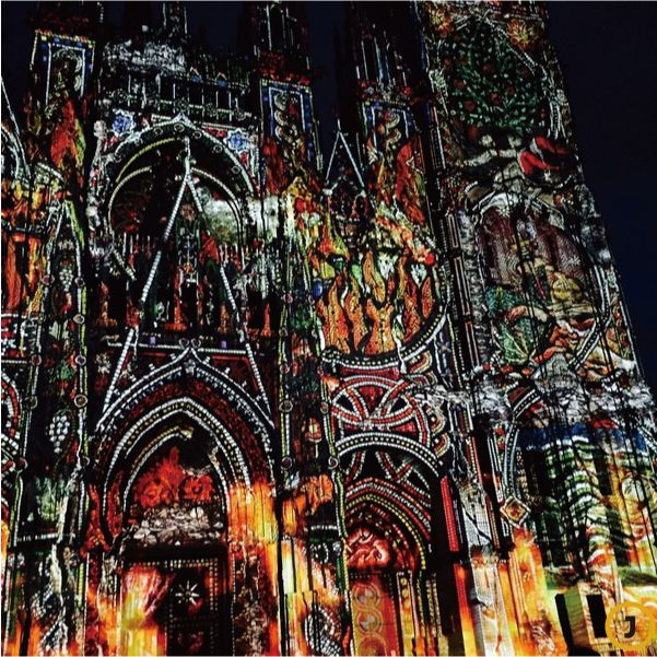 모네의 그림 중 유명한 '노트르담 대성당'이 있는 프랑스 루앙에서 화려한 조명 쇼. 루앙 대성당 건물 정면에 다양한 색깔의 조명을 비추어 아름다운 예술 작품을 만들어내는 쇼. [사진 김이랑 제공]