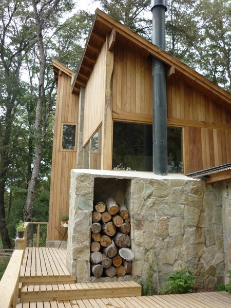 Casa PA - San Martin de los Andes. Juego de volúmenes con materiales de la zona. Leñero exterior y deck.    www.estudio73.com.ar