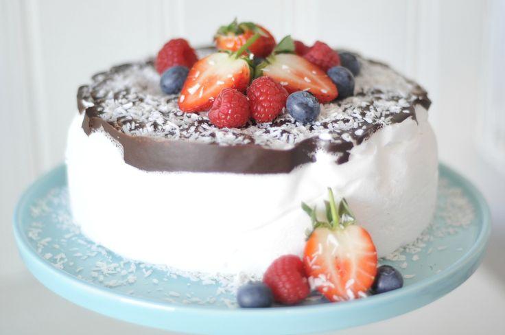 Sponset innhold Sett på litt sommermusikk på kjøkkenet, fyr opp varmen, bak denne kaken og drø...