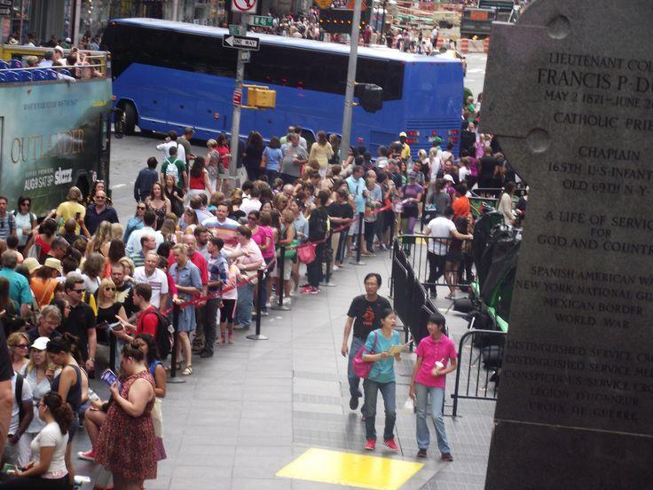 Times Square, in coda per avere il biglietto per gli spettacoli di Broadway a prezzi scontati