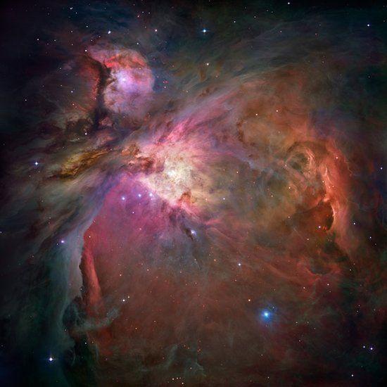 Ein spektakulärer Blick auf den Orionnebel. Er ist 1500 Lichtjahre von der Erde entfernt und trotzdem das nächste Sternenentstehungsgebiet zu ihr. Mehr als 3000 Sterne sind auf diesem Foto festgehalten.