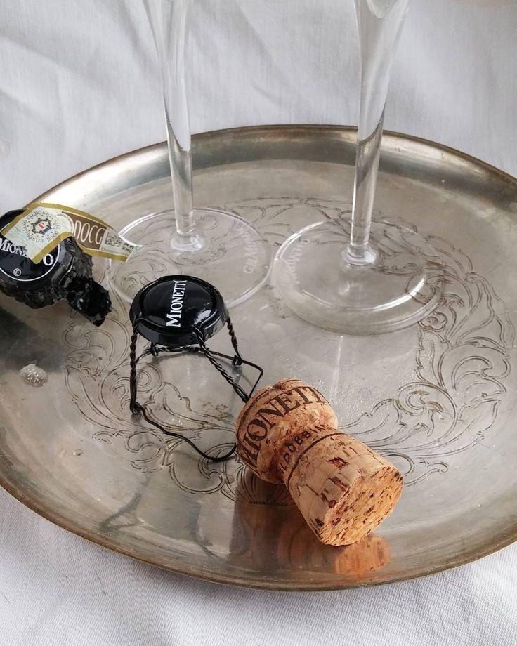 Kuplia! Proseccoa Mionettolta. #kuplivaa #prosecco #kuohuviini #kuplia @mionetto_fi #viini#wines#winelover#winegeek#instawine#winetime#wein#vin#winepic#wine#wineporn herkkusuu #lasissa #Herkkusuunlautasella
