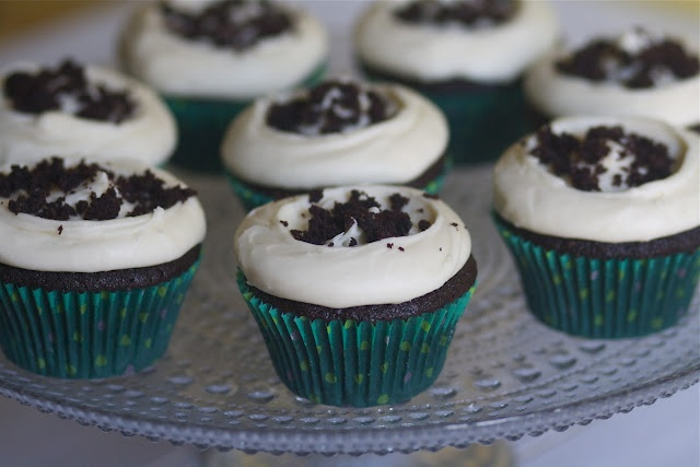 Chocolate Guiniess Cupcakes with Bailey's Cream Cheese FrostingChocolates Guinness, Chocolates Cupcakes, Guiniess Cupcakes, Guinness Cupcakes, Chocolates Guiniess, Baileys Cream, Cheese Frostings, Cream Cheeses, Cream Cheese Frosting