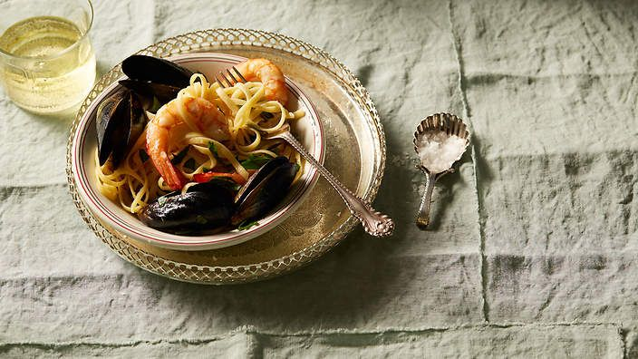 Linguine with prawns and mussels (linguine con cozze e gamberetti) recipe : SBS Food