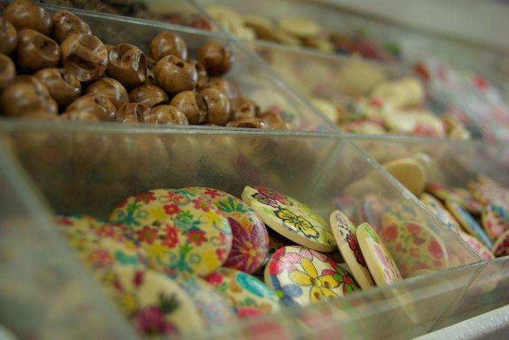 Très large choix de boutons au rayon Mercerie de votre magasin Ellen Décoration.